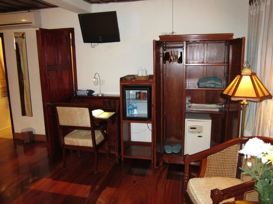Mekong Riverview Hotel: Desk, fridge with complimentary water/sodas and wardrobe with large safe