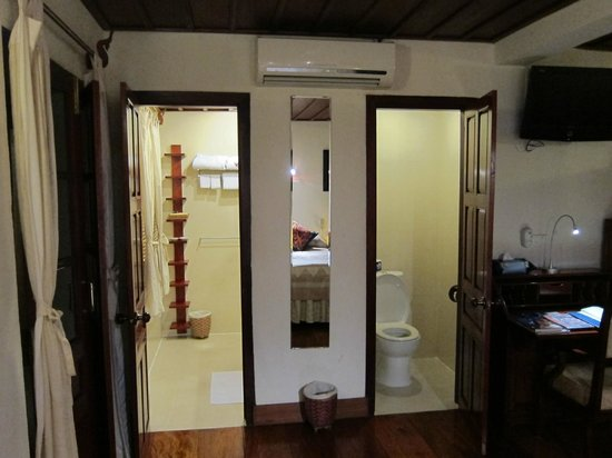 Mekong Riverview Hotel: Toilet in a separate room (right), dual sinks and shower on the left