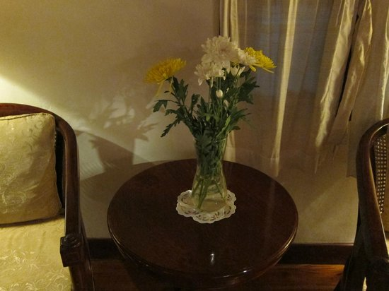 Mekong Riverview Hotel: Fresh cut flowers in the room