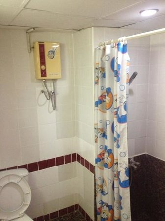 Rio Residence Bangkok:                   badkamer. beetje schimmel, Donald Duck douchegordijn