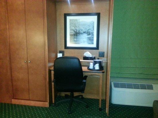 Hampton Inn Bridgeport/Clarksburg: Desk and closet area.