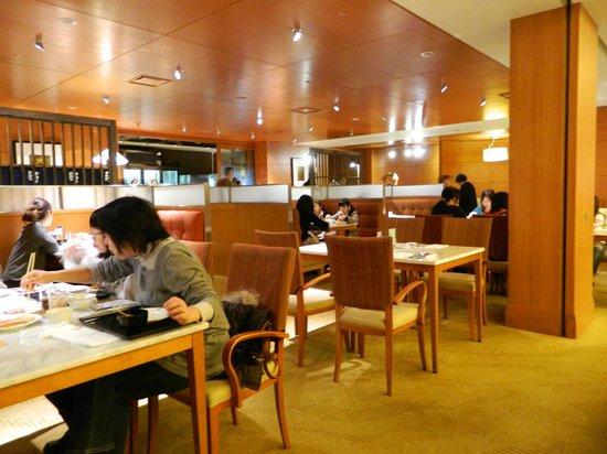 The Westin Miyako Kyoto:                                     13:00の店内 サービス従業員が4名だけ テーブルは100以上あるのに?