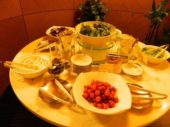 The Westin Miyako Kyoto:                                     200人以上の客を対象にしたサラダバーではない。野菜もドレッシングほぼ空状態が続く