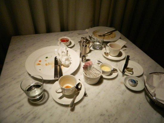 The Westin Miyako Kyoto:                                     入った時からずっと放置された 空食器の置かれたテーブル