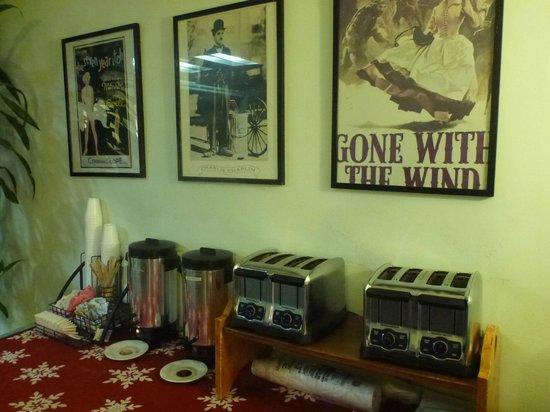 Hollywood Celebrity Hotel: ロビーの飲み物コーナー、トースター