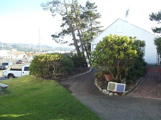 Hillcrest Inn:                                     walkway to cottage