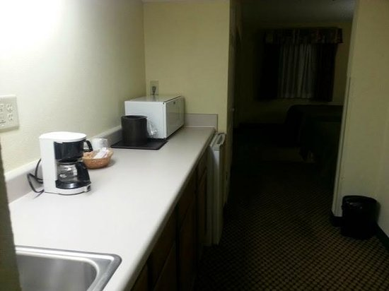 BEST WESTERN Executive Suites - Columbus East: HUGE countertop, frig & micro