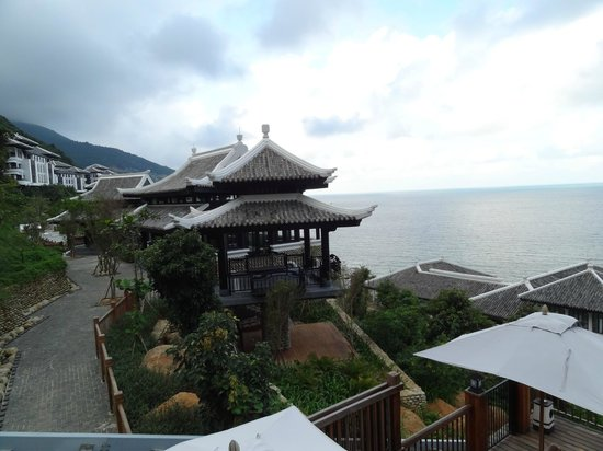 InterContinental Danang Sun Peninsula Resort:                   Vista sobre as areas de lazer