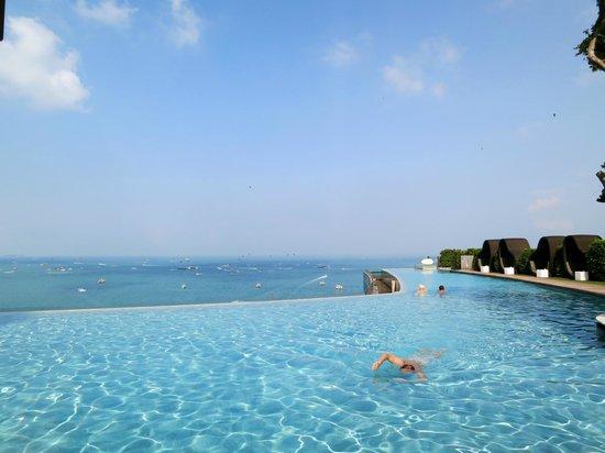 Hilton Pattaya:                   the infinity pool