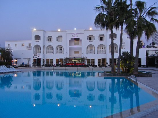 Royal Decameron Tafoukt Beach Hotel: the excellent pool after sunset - January 2013