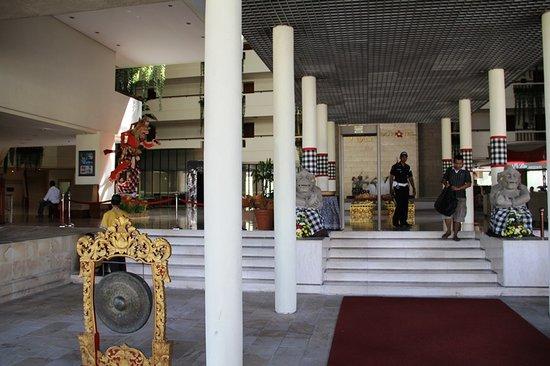 Kuta Paradiso Hotel: Hotel entrance