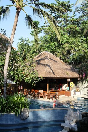 Kuta Paradiso Hotel: Pool bar