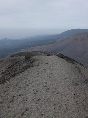 Takachiho Ridge: 火山礫の積もった登山道