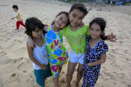 Haven Vietnam: Kids on the beach after school