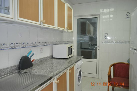 Ramee Guestline Hotel Apartments I: kitchen