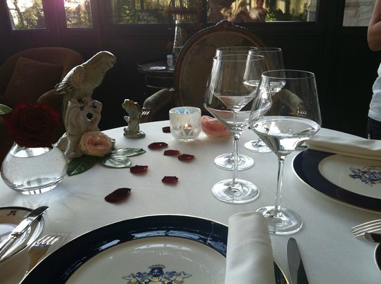 تشاتو دو ميرامبو: rose peatls on the table 