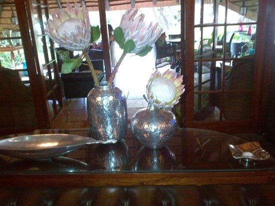 Sandton Boutique Hotel - 28A on Oxford:                   mooie stillevens met Protea