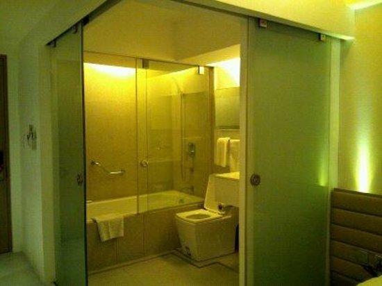 The E-Hotel Makati: bathroom