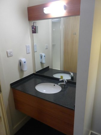 Premier Inn Belfast City Cathedral Quarter Hotel: Sink in corner of room