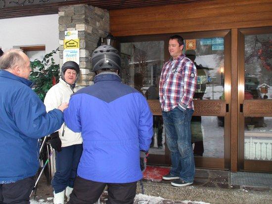 Hotel Zum Postillion: Hoteleingang mit Chef