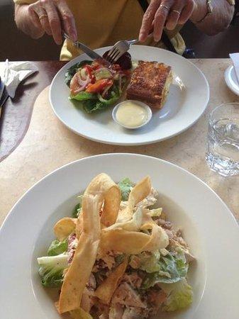 Tamar Cove Motel Restaurant: Chicken Caesar salad and Smoked Salmon quiche