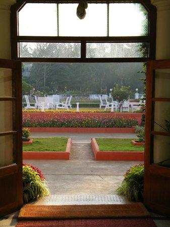 Green Hotel: Blick in den Garten von der Lobby
