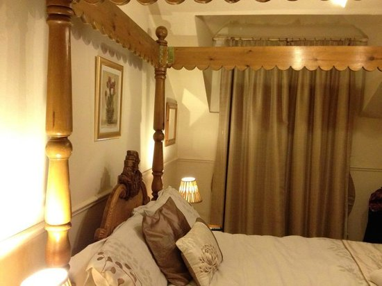 Brontes Guest House: Four poster