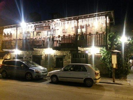 Hotel La Moncloa: La entrada al hotel.