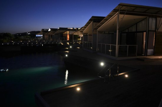 Caves Beachside Hotel:                   Night View