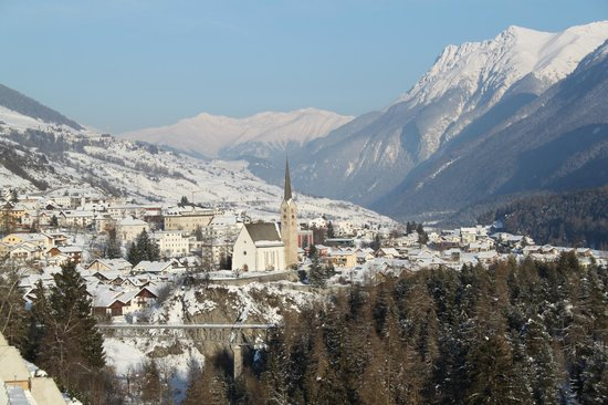Hotel Garni Arnica: Blick vom Balkon ins Dorf Scuol