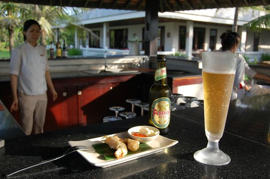 Ana Mandara Hue Beach Resort: Happy hour at pool bar