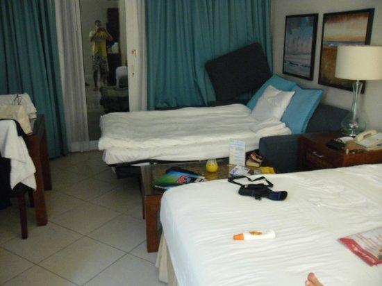 Divi Little Bay Beach Resort: rummet, hårda extrasängen längst upp i bild