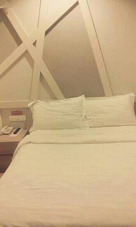 Sunshine Inn : queen size  bed