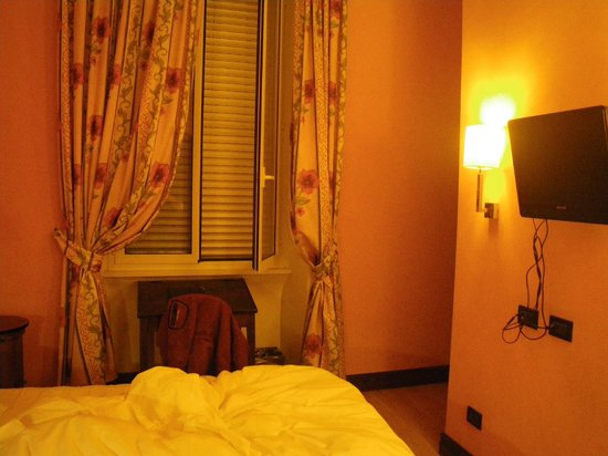 Relais 6:                   Bedroom, it's yellow colored due to my camera