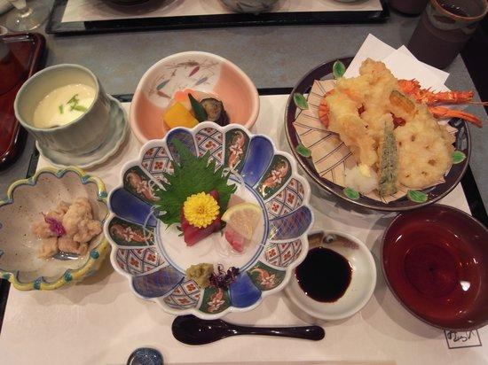 Ise City Hotel Annex: 夕食の伊勢海老御膳(右が天ぷら)