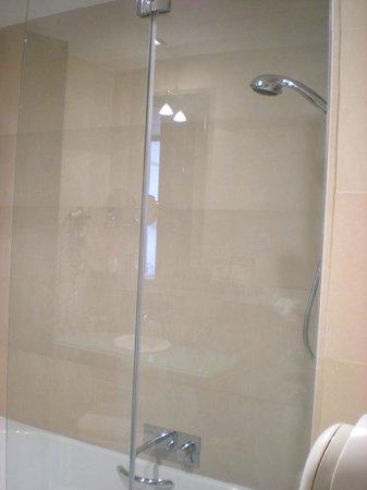 NH Collection Barcelona Gran Hotel Calderon: Vasca da bagno/doccia