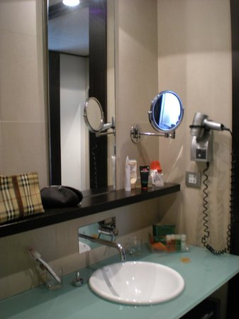 NH Collection Barcelona Gran Hotel Calderon: Lavabo, specchi e accessori