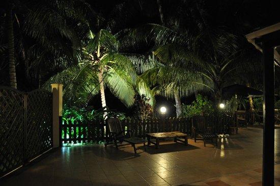 Le M Hotel Marie Galante: vue de la terrasse le soir