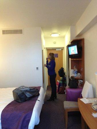 Premier Inn London Kensington (Earl's Court) Hotel:                   Espelho, bem iluminado, falta apenas um frigobar