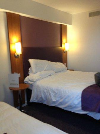 Premier Inn London Kensington (Earl's Court) Hotel:                   Cama espaçosa, com luminárias, tudo funcionando bem