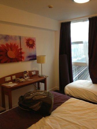 Premier Inn London Kensington (Earl's Court) Hotel:                   Quarto decorado, com 1 cama de casal e outra de solteiro