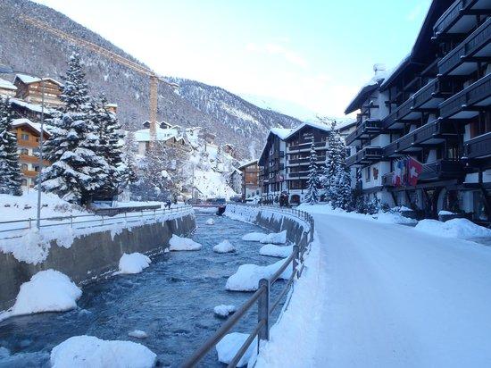 Hotel Alpenhof: Gangbro til Sunegga i bakgrunnen