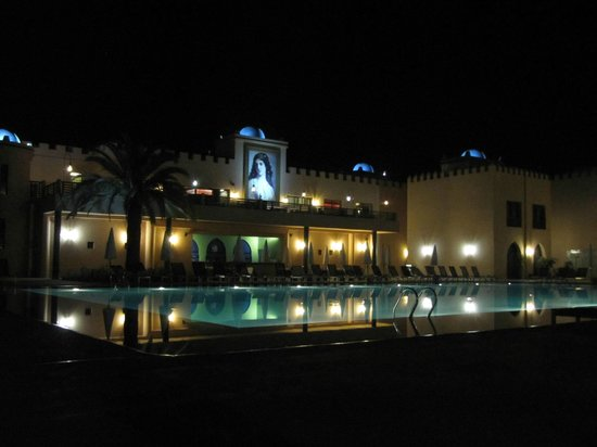 Adam Park Marrakech Hotel  & Spa: The pool by night