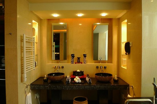 Banyan Tree Lijiang:                   His & Hers bathroom in pool villa