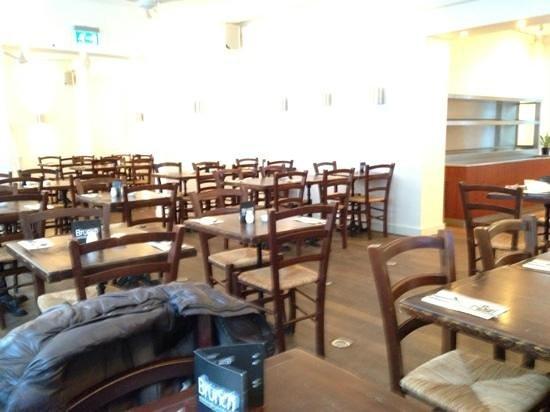 RizRaz: Der var rigeligt med tomme borde. Alligevel insisterede servitricen på, at vi skulle sidde klemt
