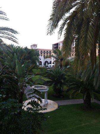 Lopesan Costa Meloneras Resort, Spa & Casino:                   вид на основное здание отеля из номера