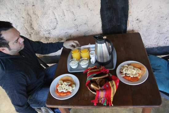 Posada Lamar: breakfast with papaya