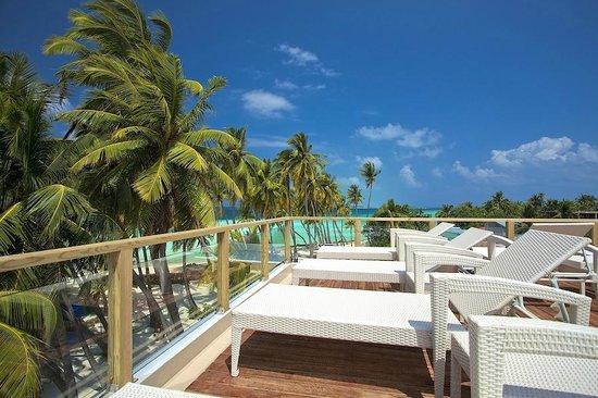 Kaani Beach Hotel: Sundeck
