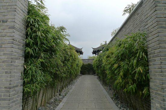 Banyan Tree Lijiang:                   Walkway to Pool Villa