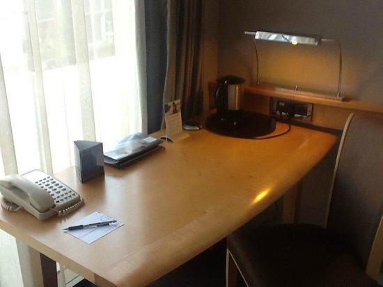Pullman Paris Centre - Bercy: Bureau dans la chambre